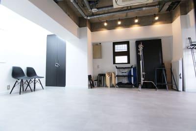 機材庫は黒い扉にロックをかけています。右側の備品類は無料で使用可能です! - スタジオドア 機材充実のシンプルな撮影スタジオの室内の写真