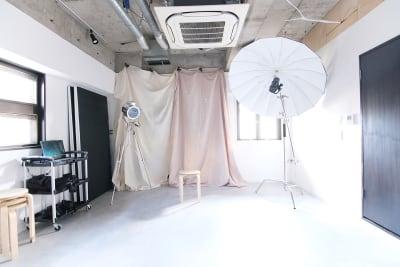 ナチュラル背景布を使えば、ファッション撮影やモデル撮影のアクセントに!  ※本写真ではベージュ、コットンを利用しています  【機材使い放題プラン利用の場合】 - スタジオドア 機材充実のシンプルな撮影スタジオの室内の写真