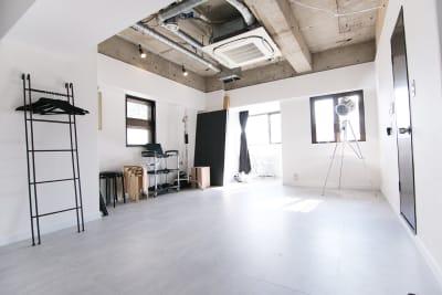自然光も入り、人物撮影・ポートレート撮影・物撮りなどの様々な撮影に使えます - スタジオドア 機材充実のシンプルな撮影スタジオの室内の写真
