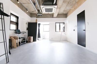天井高 2.7m(最大)広さは28.9㎡コンパクトな撮影スタジオ - スタジオドア 機材充実のシンプルな撮影スタジオの室内の写真