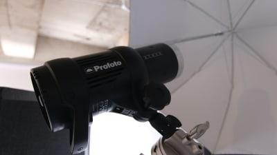 モノブロックストロボやLEDライト、アンブレラ・ソフトボックスなどを利用いただける機材使い放題プラン(+1,000円)をご用意しています! - スタジオドア 機材充実のシンプルな撮影スタジオの室内の写真