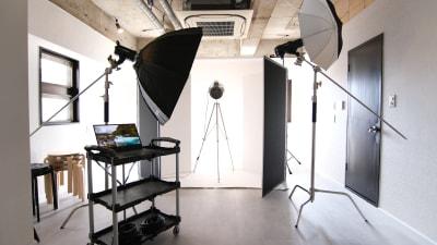 背景スタンドを使用すれば、様々なライティングやシーンを作り出すことができます - スタジオドア 機材充実のシンプルな撮影スタジオの室内の写真