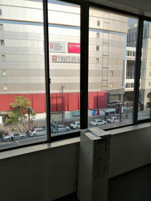 スタジオ内からの眺めです。 - ひのまるスタジオ天神北 大ホール ヨガ・ピラティス特化型の室内の写真
