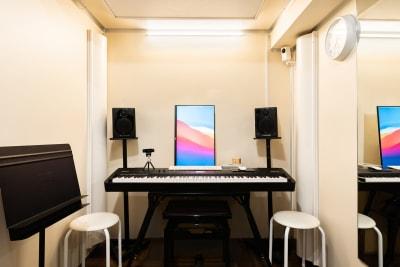 画面を縦にすることや、Webカメラを三脚に付けて使うことも可能です。 - KMA音楽スタジオ 【B studio】の室内の写真
