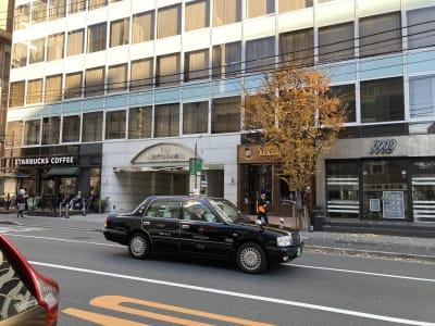 駅よりの隣の隣のビルにはスターバックスが。駅から来られる際には目印にどうぞ! - フィアルサロン(南青山) 防音室【ピアノ】WIFI無料のその他の写真