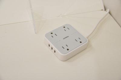 各ブースに電源&USBタップ - OMO|オモ【三宮本通店】 【4席分|2デスク】貸し会議室1の設備の写真