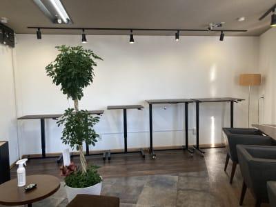 立って仕事をすると、効率が上がることを実感していただけます。 - 高効率お仕事カフェ ココリッツ 無音空間の室内の写真
