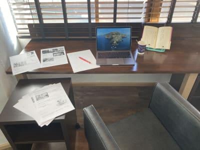 参考書、ノート、パソコン、ドリンクを置いても、まだ広い!袖机まで。 - 高効率お仕事カフェ ココリッツ 無音空間の室内の写真