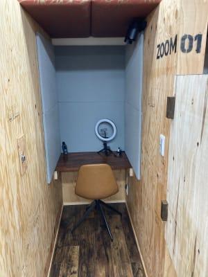 ZOOMブースには吸音材が貼られ、話した声が漏れにくい! - 高効率お仕事カフェ ココリッツ 無音空間の室内の写真