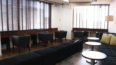 地下鉄を見ながら集中できるカウンター、通常の机の最大3倍広い! - 高効率お仕事カフェ ココリッツ 無音空間の室内の写真
