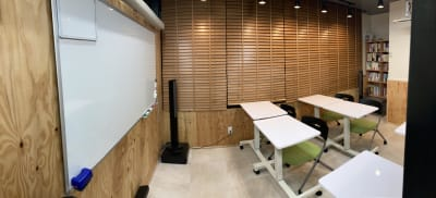 椅子もありますので、普通のセミナールーム としてもOK - 高効率お仕事カフェ ココリッツ 無音空間の室内の写真