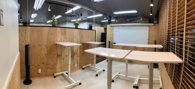 セミナールームはスタンディングデスクで全集中を。 - 高効率お仕事カフェ ココリッツ 無音空間の室内の写真