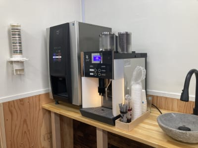 豆からひくコーヒーと、煎茶でひといきつきましょう。 - 高効率お仕事カフェ ココリッツ 無音空間の室内の写真