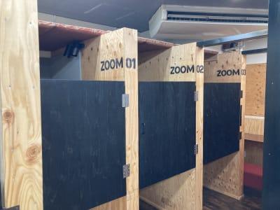 ZOOMブースは半個室 - 高効率お仕事カフェ ココリッツ 無音空間の室内の写真