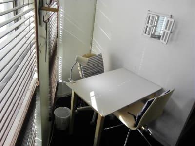 日当たり良好な窓際のミニネイルスペース、壁にはテレビジョン等完備!詳しくは是非動画見て下さい! - 新宿44ビル内44サロングループ 1h300円ネイル44MINIの室内の写真