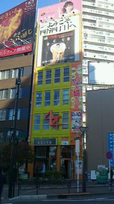 ライブ会場やシアター、レストラン、カフェ等が入る総合アミューズメント施設「新宿44」直営です - 新宿44ビル内44サロングループ 1h300円ネイル44MINIの外観の写真
