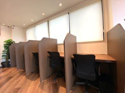 パーテーションが1席ずつ取り付けてあり、隣の様子が見えない席です。 - HaNaLe三鷹台駅会議室 個別デスク席②の室内の写真