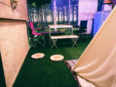 まるで森の中にいるようなリアリティ - キャンプ場風コンセプトルームの室内の写真