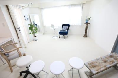 セミナー用スペースとしてもご利用可能。(椅子10脚完備) - Salon de Spirit ヨガスタジオ・サロンスペースの室内の写真