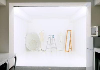 アイキースタジオ 白ホリゾントの撮影スタジオの室内の写真