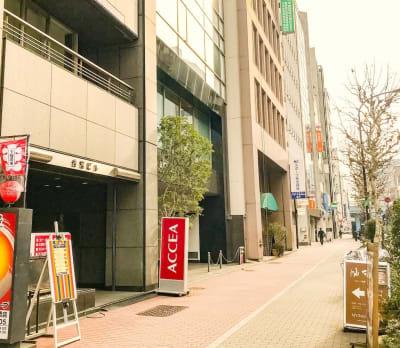グレーの外観のビルです - MYBASICOFFICE虎ノ門 デスクの入口の写真