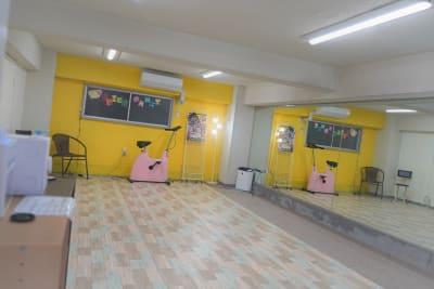 電気を新しくしまして前より明るくなりました。  - SPICY CANDY ダンススタジオの室内の写真