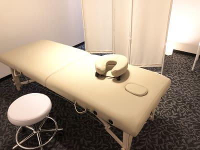 施術ベッドはヘッドレスト・孔有り・脚高さ調整可能のタイプです。折りたたんで片付けることもできます。 - LQ天神橋三丁目セラピールーム スタジオ内個室サロンA/女性専用の設備の写真