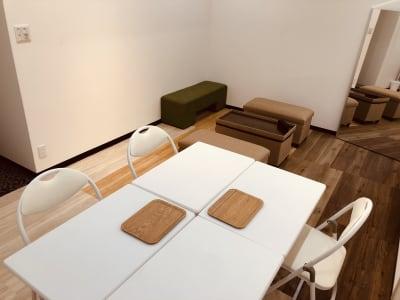 折りたたみのイス机を4名様分までご用意できます。(要予約) - LQ天神橋三丁目セラピールーム スタジオ内個室サロンA/女性専用の設備の写真