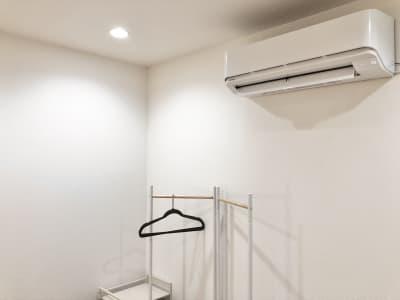 東芝製・空気清浄機能付きのエアコンです。 - LQ天神橋三丁目セラピールーム スタジオ内個室サロンA/女性専用の室内の写真