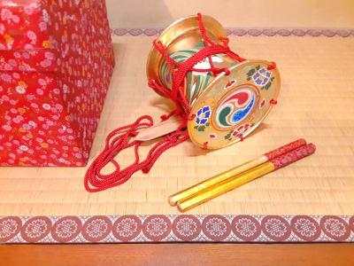 金羯鼓: 能楽/花月/狂言/歌舞伎などの日本舞踊に用いられる小道具 (撮影用オプションのため、叩くことはご遠慮下さい) - スペースシェア「あおやま」 102号室(和室)の設備の写真