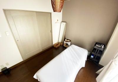 着替えスペースはありませんが、着替えの際はドアを閉めてお使いいただけます。全身ミラーあり。 - 神戸レンタルサロンCHAKRA 「CHAKRA」住吉店の室内の写真