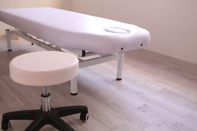 ヘッドピースは簡単に取り外せます。(レンタルサロンゆたか 整体、各種マッサージ、エステティック、ヒーリング、鍼灸、マツエク、セラピー、着付け)   - 横浜レンタルサロンゆたかの室内の写真