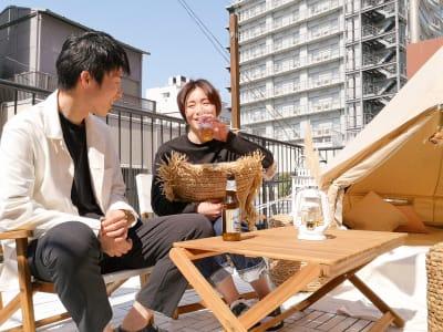 食事・ドリンク持ち込みOK! - ゲストハウス神戸なでしこ屋 元町約3分!開放的なルーフトップの室内の写真