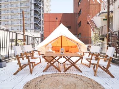 グランピング席は2〜8名まで - ゲストハウス神戸なでしこ屋 元町約3分!開放的なルーフトップの室内の写真