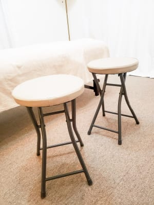 イス2脚(戸棚にしまってあります) - レンタルサロン「パレオ」 レンタルサロン恵比寿の設備の写真