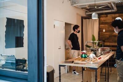 【展示会使用例-4】ものづくり系の企画展示 ■使用什器 古材天板展示テーブル W=1500 x2 ソファはそのまま - 【GHON】便利な立地の戸建貸切 展示会/撮影/パーティー#101の室内の写真