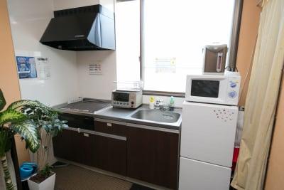一階の共用スペースにはキッチンがあります。 ※各お部屋にはついておりませんのでご注意ください - Dolphins Cafe 和室でほっこり♪オフ会に最適!の設備の写真