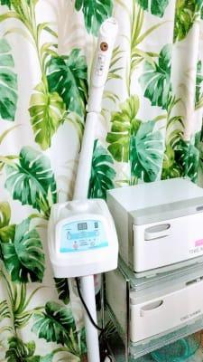 フェイシャルスチーマーとタオルやオイルを温めるホットキャビ、ホットキャビは2台あります。 - ヒーリングルーム横浜駅西口鶴屋町 ヒーリングルーム横浜鶴屋町の室内の写真