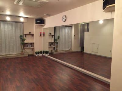前面鏡張り - GALAXYダンススタジオ イベントスペースの室内の写真