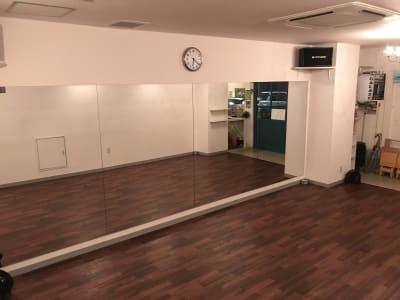 クッションフロアマットを引いているので床が傷つくヒールダンスなどはご利用頂けません - GALAXYダンススタジオ イベントスペースの室内の写真