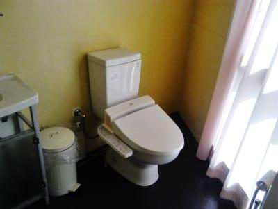 トイレ広々!写ってませんが大きな鏡があるのでのんびりお化粧なおしも! - 新宿44ビル内44サロングループ 1h300円ネイル44MINIの室内の写真