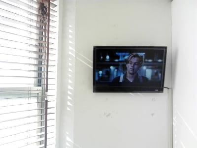 映画流してますー!(無音・字幕) - 新宿44ビル内44サロングループ 1h300円ネイル44MINIの室内の写真