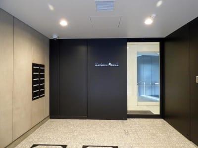 ビル裏口 - レアルコンサルティング株式会社 会議室1の外観の写真