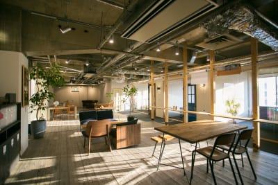 テーブル&椅子はご自由にご利用頂けます。 テーブル×6 椅子×24 (長机×2) - teniteo シェアオフィス【1名様用】の室内の写真