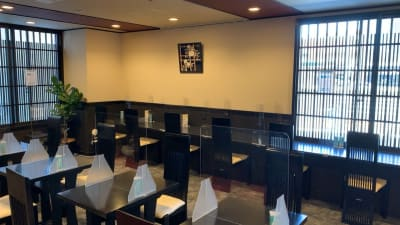 カウンター席(コンセント使い放題) - 京都堀川イン ティータイラウンジ雅の室内の写真