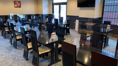 テーブル席(最大4名)透明のアクリルプレート設置しております。 - 京都堀川イン ティータイラウンジ雅の室内の写真