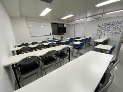 広々な空間 - 日本医療通訳センター株式会社 池袋徒歩圏内25人収容可能会議室の室内の写真