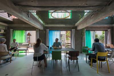 有名デザイナーの椅子などを多数取り揃えています。テーブルは移動可能です。  - Blend Studio レンタルスタジオ4時間プランの室内の写真