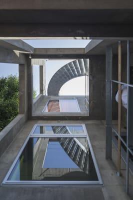 1階玄関前から見上げる屋上に登る螺旋階段。 - Blend Studio レンタルスタジオ4時間プランの室内の写真