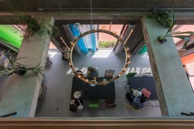 2階の吹き抜けから見下ろすシャンデリア。 - Blend Studio レンタルスタジオ4時間プランの室内の写真